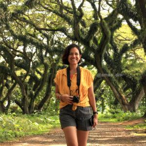 berjalan di bawah teduhnya pohon trembesi